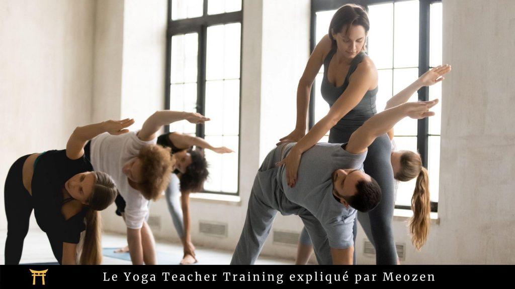 """Image montrant une professeure de yoga et des élèves, accompagné de la phrase """"Le Yoga Teacher Training expliqué par Meozen"""""""